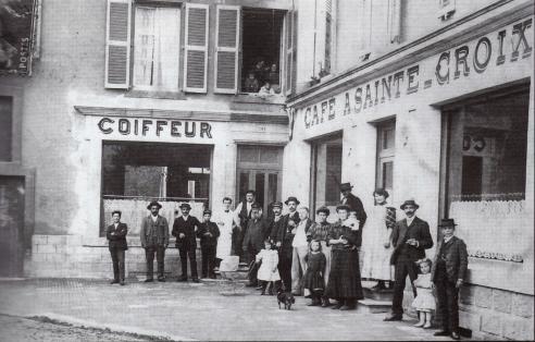 8-salon-de-coiffure-et-cafe-a-sainte_croix-dalphonse-sainte-croix-a-lextremite-de-la-rue-du-commerce-au-lieu-dit-croix-de-franchepre-1909
