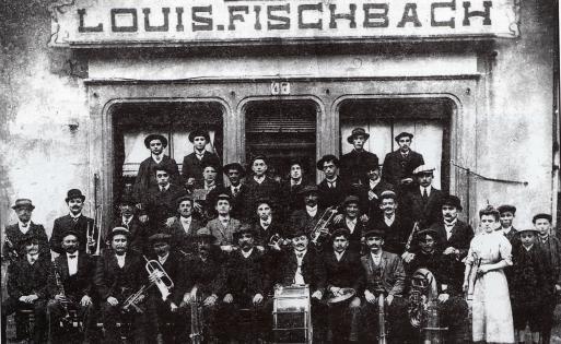 9-societe-musicale-lindependance-de-joeuf-fonde-en-1910-devant-le-cafe-louis-fischbach-au-47-rue-du-commerce